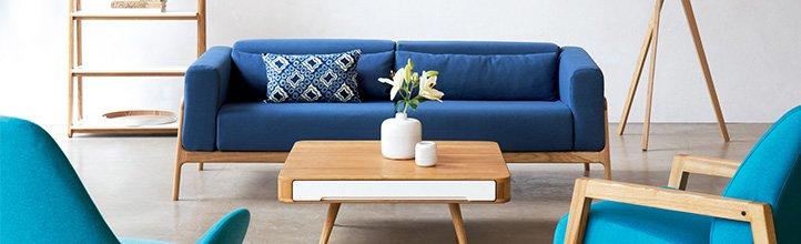 фото белого дивана на синем фоне