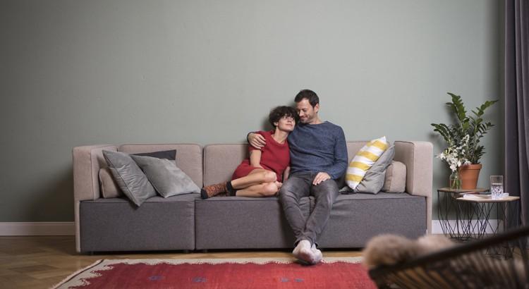 диван в интерьере комнаты фото