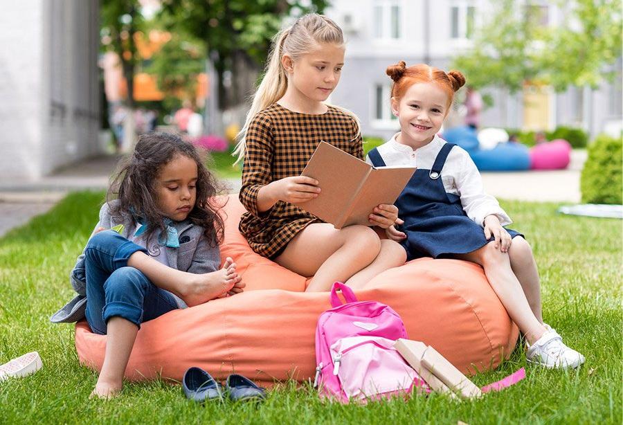Дети на кресле мешке